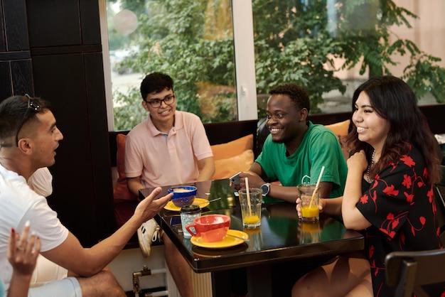 Концепции образа жизни и дружбы с реальными моделями людей. группа из шести друзей, вместе весело проводящих время за чашкой кофе.