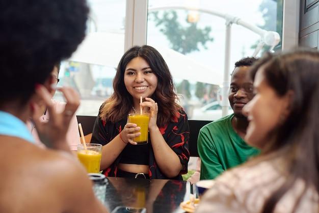 Концепции образа жизни и дружбы с реальными моделями людей. многонациональные друзья болтают в кафе. конец пандемии.