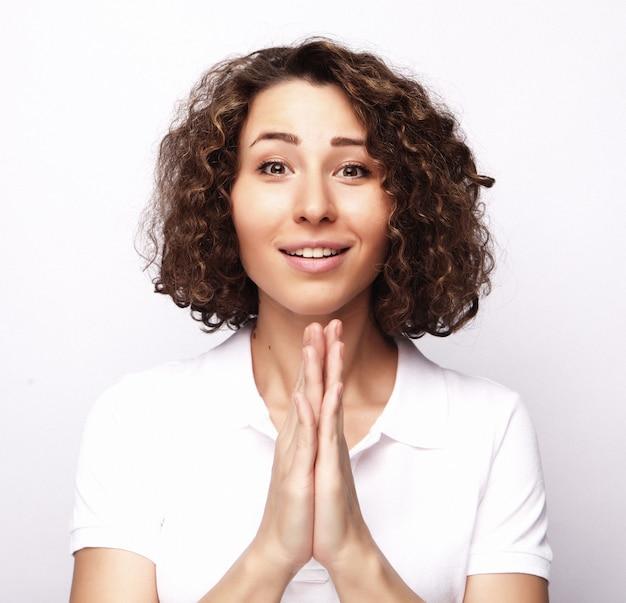 ライフスタイルと人々の概念:空白の上の巻き毛を持つ若い幸せな女