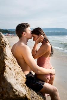 かわいいカップルとライフスタイルビーチ
