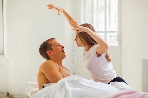 생활 양식. 침대에서 아름 다운 커플