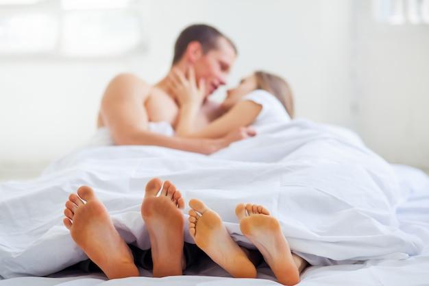 Стиль жизни. красивая пара в постели