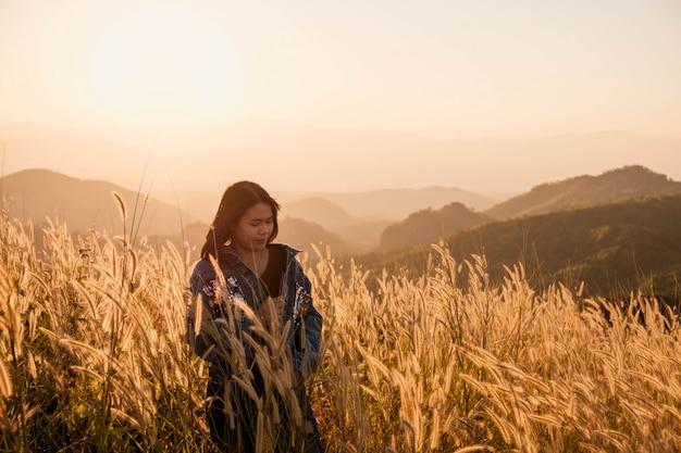 Образ жизни красивые женщины на лугу и закатном свете
