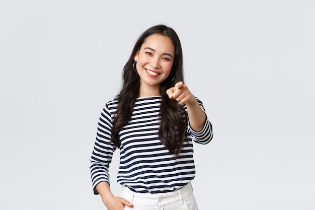 Образ жизни, красота и мода, концепция эмоций людей. счастливая жизнерадостная азиатская женщина, хвалящая вас, выбирая человека, нашла отличного сотрудника на должность