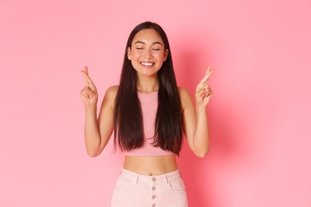 Образ жизни красоты и женщин концептуальный портрет обнадеживающей счастливой азиатской девушки в летней одежде, делающей мудро ...