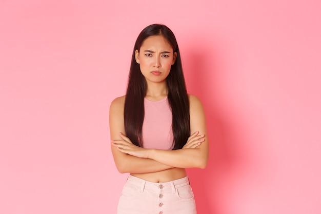 ライフスタイルの美しさと女性のコンセプトは、怒って気分を害したかわいいやっかいなアジアの女の子のウエストアップの肖像画...