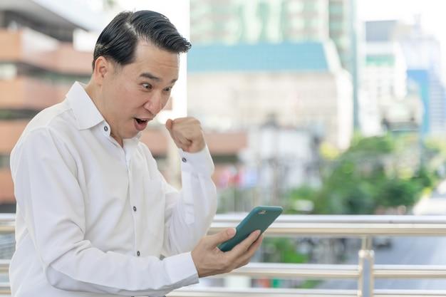 La gente di affari di stile di vita si sente felice usando smartphone, concetto di affari