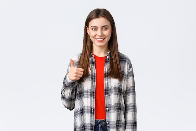 ライフスタイル、さまざまな感情、レジャー活動のコンセプト。自信を持って幸せな笑顔の女子学生は素晴らしい仕事、アドバイスのウェブサイトまたは会社のサービス、承認の親指アップ、推奨または保証を見つけました