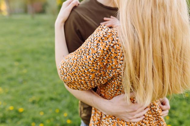 公園で晴れた日に遊ぶライフスタイル、幸せなカップル