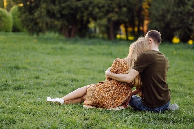 Образ жизни, счастливая пара играет в солнечный день в парке