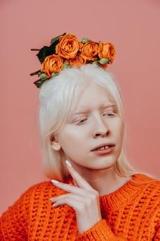 스튜디오에서 포즈를 취하는 알비노 소녀의 라이프스타일 이미지. 신체 긍정, 다양성 및 패션에 대한 개념