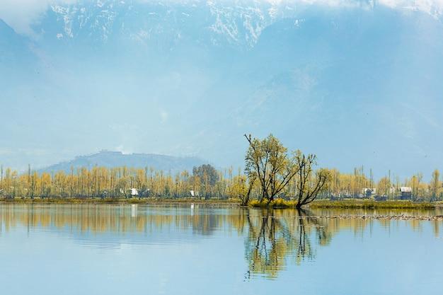 Образ жизни местный деревенский горный фон вдоль границы озера дал в сринагаре, k