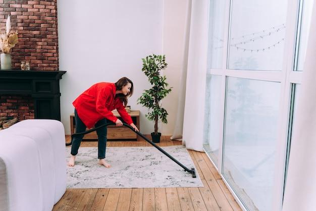 집에서 젊은 여성의 라이프 스타일 순간. 아파트를 청소하는 여자