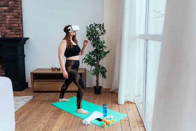 집에서 젊은 여성의 라이프 스타일 순간 거실에서 스포츠 운동을 하는 여자