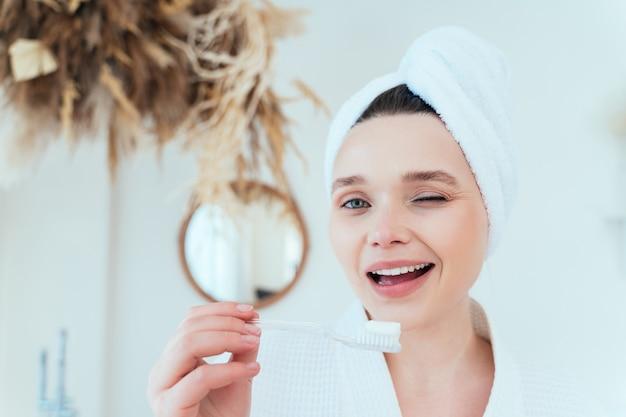 自宅で若い女性がバスルームで時間を過ごす女性のライフスタイルの瞬間