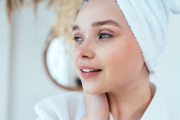 Моменты образа жизни молодой женщины дома женщина проводит время в ванной комнате