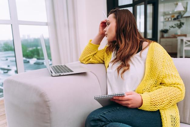 Моменты образа жизни молодой женщины дома. женщина, работающая из дома