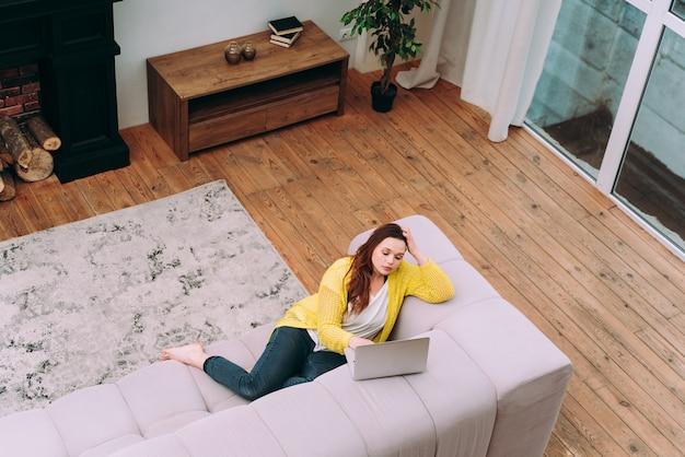 집에서 젊은 여성의 라이프 스타일 순간. 집에서 일하는 여성