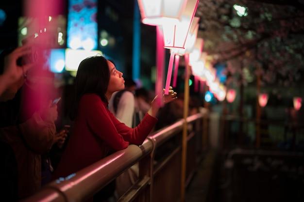Stile di vita notturno in città con una giovane donna