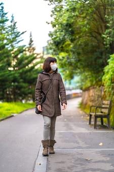 짧은 머리와 코로나 바이러스에 대한 보호 마스크 백인 갈색 머리의 라이프 스타일. 통제되지 않은 covid-19 전염병의 첫 걸음