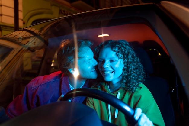 夜のカップルデートのライフスタイル