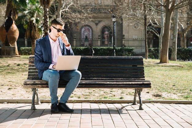公園で近代的なビジネスマンのライフスタイル