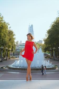 Lifestyle portrait of cute tourist posing opposite big fountain
