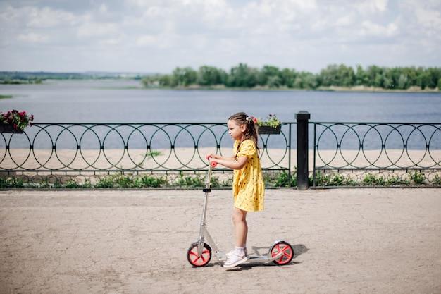 Образ жизни портрет момент движения девушки на самокате девушка в платье катается на самокате