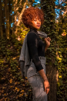 地面を見て、秋の自然の中のドミニカモデルのライフスタイルセッション