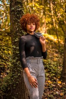 秋の自然の中で黒いジャケットを着たドミニカモデルのライフスタイルセッション