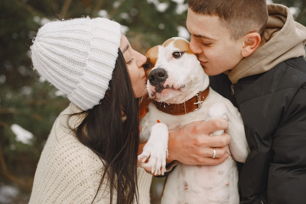 犬と雪の森でカップルのライフスタイルショット