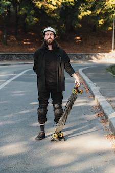 スケッチのライフスタイルスタイル、ロングボード。ボードを持つひげを生やした男の肖像画。高品質の写真