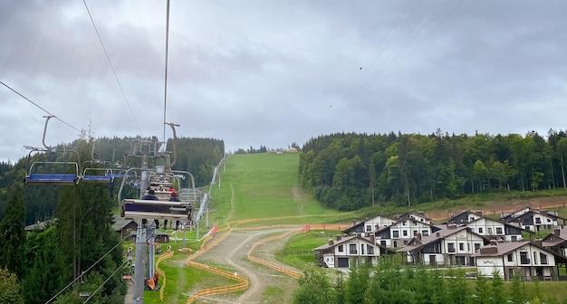 スキーリゾートのアクティブなレクリエーションとスポーツのコンセプトでオフシーズンにリフト