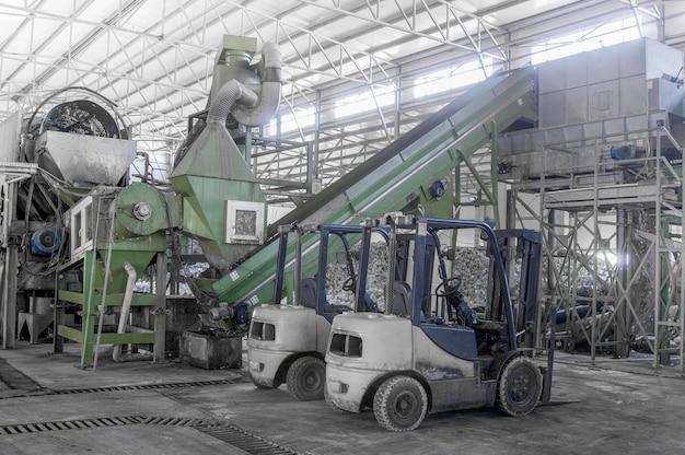 Автопогрузчик на заводе по переработке и переработке пластиковых бутылок. завод по переработке пэт