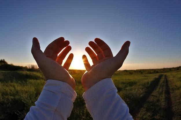 夕日の中で手を上げた