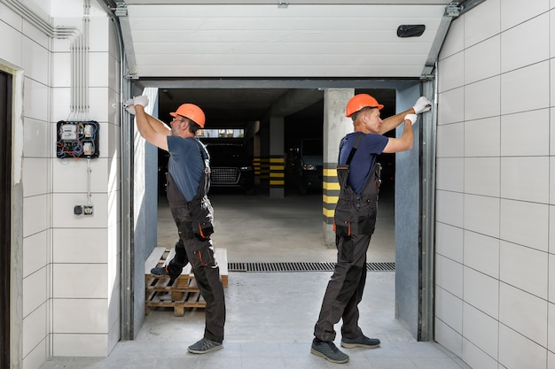 Подъемные ворота гаража.