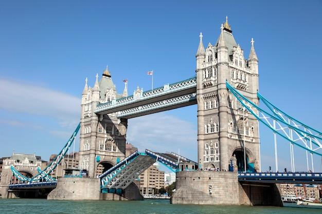 Подъем тауэрского моста и реки темзы в лондоне