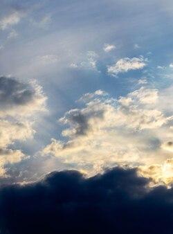 Светлые и темные облака в драматическом небе во время восхода солнца