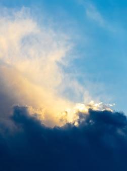 Светлые и темные облака в драматическом небе во время заката