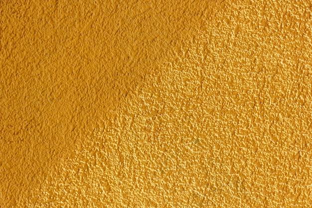 빛과 그림자 배경입니다. 밝은 노란색 질감. 복사 공간이 있는 벽.