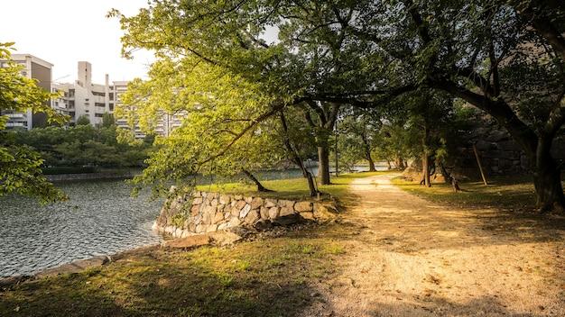 히로시마 성 주변 산책로의 빛과 그림자