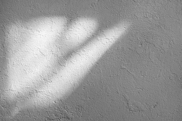 오래 된 벽의 빛과 그림자 질감. 초라한 흑백, 회색 페인트. 금이 콘크리트 빈티지 벽, 배경.