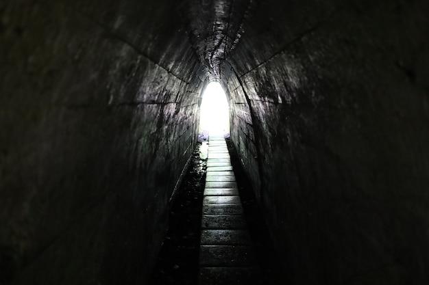 Свет в конце туннеля. узкий проход и выход.