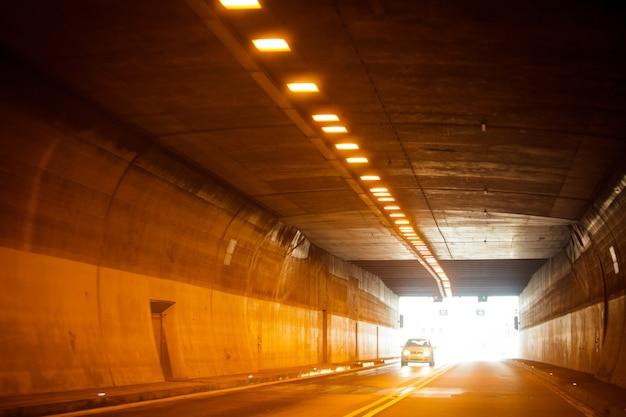 トンネルの終わりに光が当たる。ライフモーションコンセプト
