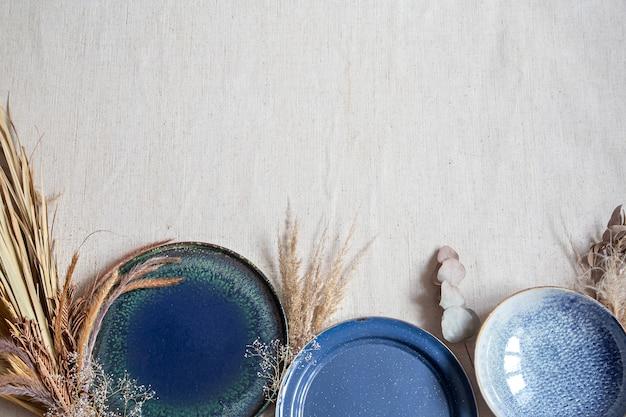 セラミック皿の美しいレイアウトで明るい背景。上からの眺め。キッチンアクセサリーのコンセプト。
