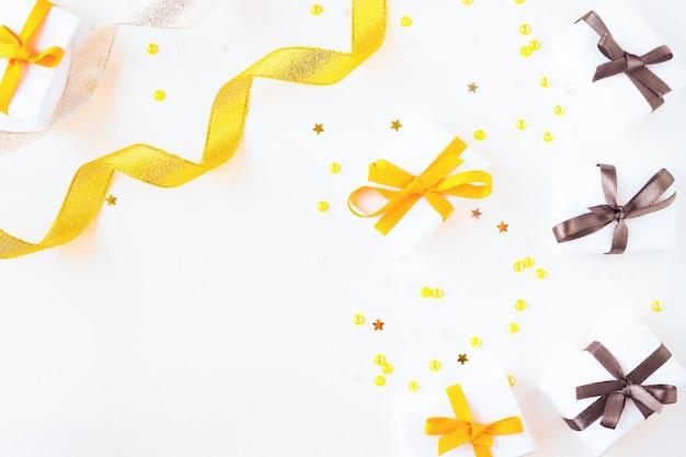 たくさんの贈り物や紙吹雪と明るい背景