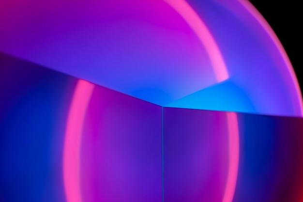 일몰 프로젝터 램프와 밝은 배경