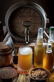 古い背景のビールのグラスで軽いビール。