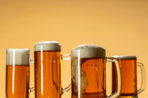 グラスに泡のある軽いビール、暖かい背景のクローズアップ