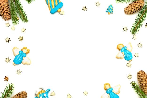 Голубые ангелы с еловой веткой на белом фоне.